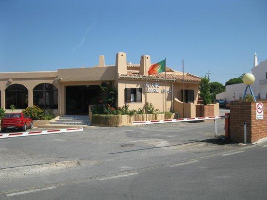 Clube Maria Luisa : Vista do hotel: entrada com cancela