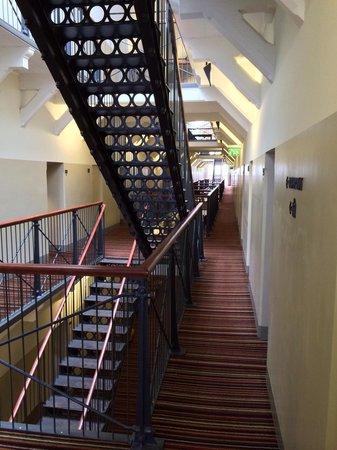 Hotel Katajanokka: лестницы (не хватает только сеток в межэтажных пролетах)