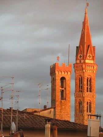 B&B Residenza della Signoria: Sunsetting on Dante's Tower from my hotel room window