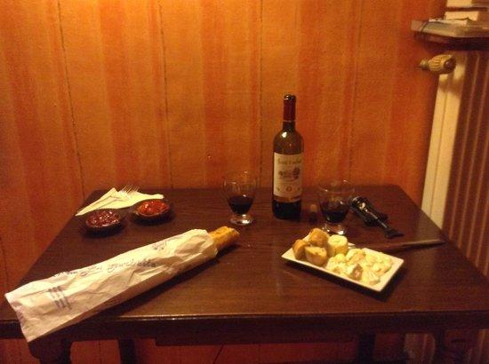 Hotel Saint Paul Rive Gauche : Um lanche a francesa no quarto do hotel...