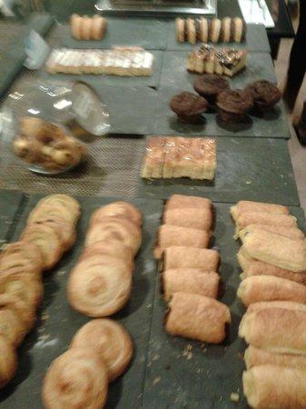 NH Pamplona Iruna Park: Gran variedad de bolleria en el desayuno