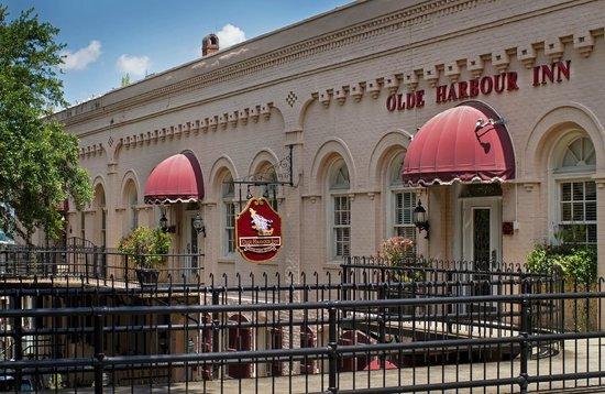 Olde Harbour Inn - River Street Suites: Exterior of Olde Harbour Inn