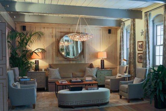 Olde Harbour Inn - River Street Suites: Hotel lobby