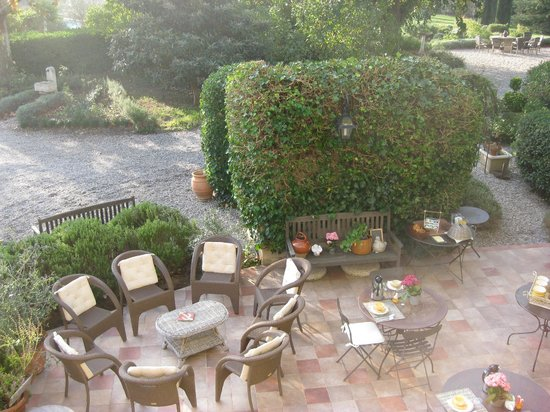 Le Clos Des Freres Gris : Patio where breakfast is served.