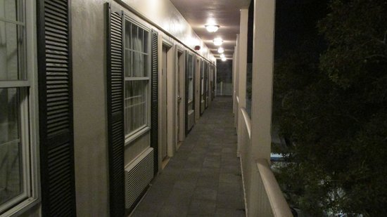 Best Western Plus French Quarter Landmark Hotel: Upper level walk way