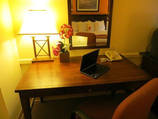 Econo Lodge: Desk