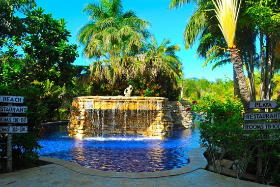 Mayan Princess Beach & Dive Resort: waterfall in the pool