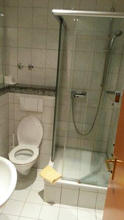 Parkhotel: Badezimmer mit Dusche