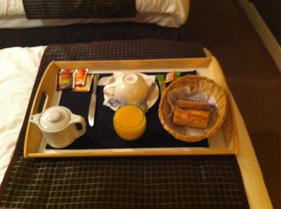 HOTEL DU DAUPHIN : petit déj en chambre