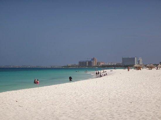 Eagle Beach: Playa con los Hoteles Altos detrás