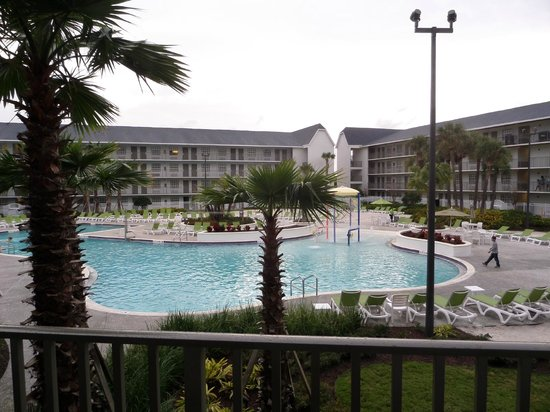 Avanti International Resort : Building 1 poolside view