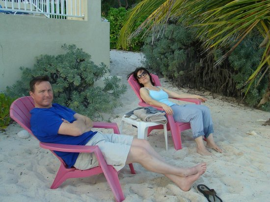Turtle Nest Inn: Relaxing in front of the beach.