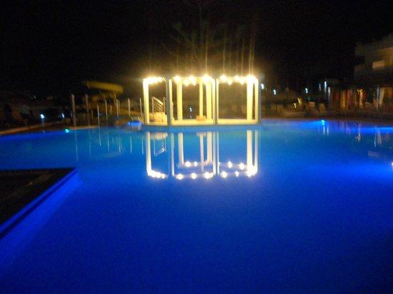 Golden Star Hotel : la piscine le soir