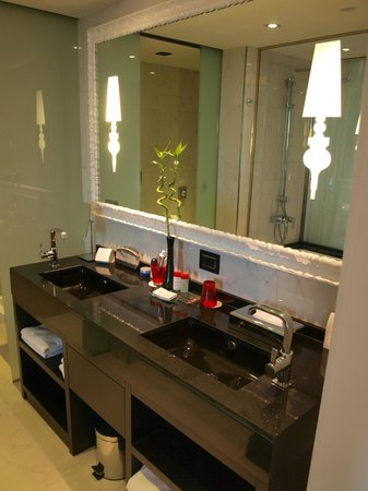 Gran Melia Colon: Double sink in bathroom