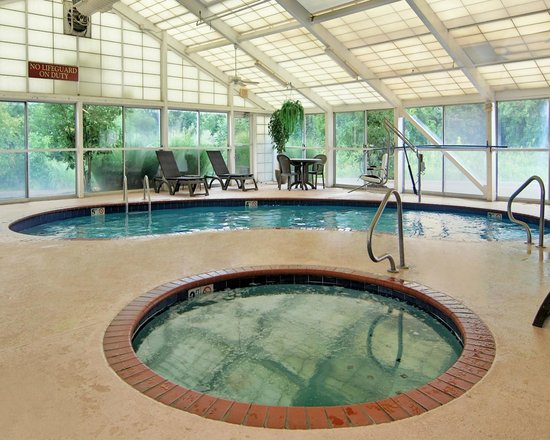 Quality Suites I-240 East-Airport: Pool and Spa