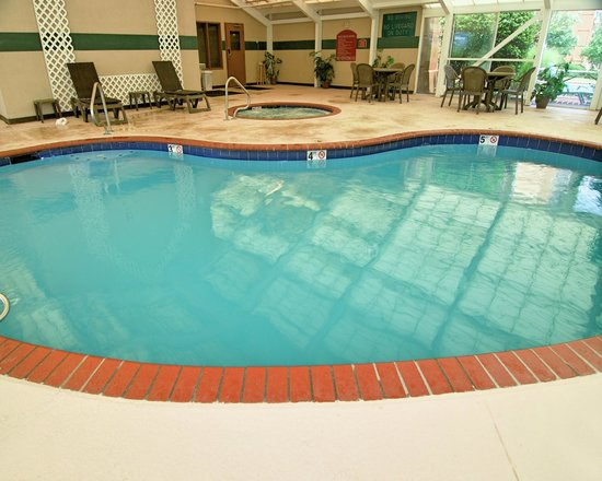 Quality Suites I-240 East-Airport: Poolside