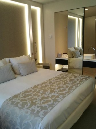 The Hotel - Brussels : Room with kingsize bed