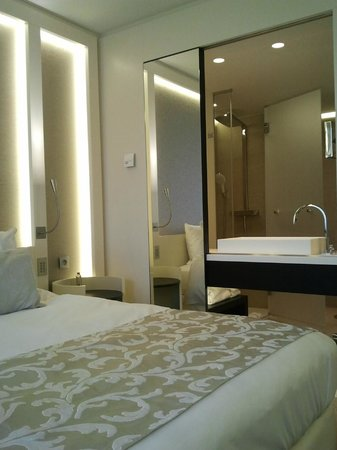The Hotel - Brussels : View into the open bathroom
