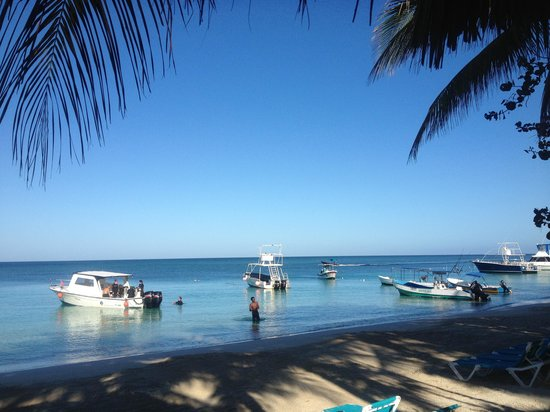 Mayan Princess Beach & Dive Resort: Morning stroll on the beach! Dive boats ready for divers!