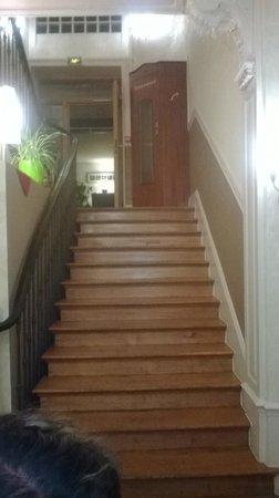 Hotel Du Musee-Gare : Escalier du hall