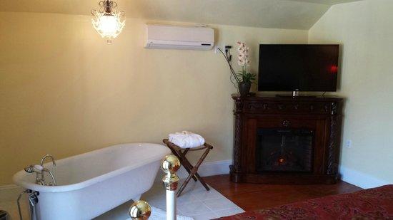 The Country Inn of Berkeley Springs: Honeymoon Suite North