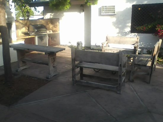 Lemon Tree Hotel and Suites: tired looking courtyard decor