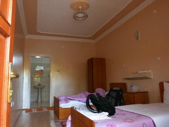 Akar Motel-Pansion: Apartamento visto da porta de entrada.