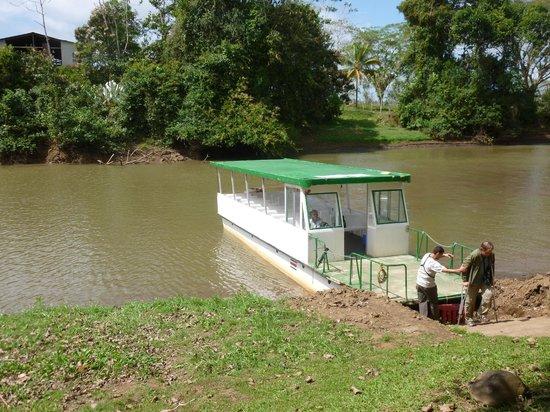 Canoa Aventura: River cruise boat in Rio Frio