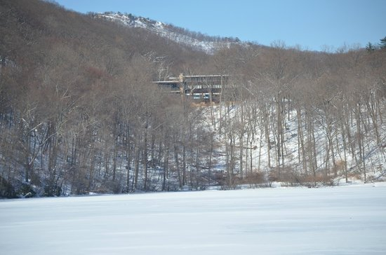 أوفرلوك لودج آت بير ماونتن: A view of the lodge from the lake.
