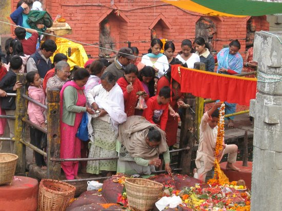 Budhanilkantha: puja bij de slapende vishnu