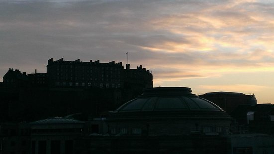 Sheraton Grand Hotel & Spa: Edinburgh Castle at sunrise
