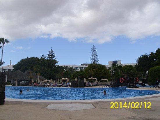 H10 Lanzarote Princess: Vista de la piscina
