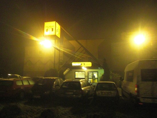 hotelF1 Mulhouse Bâle Aeroport: Exterior on a very foggy morning