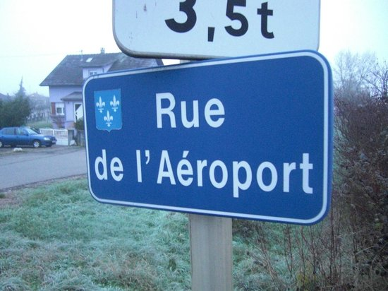 hotelF1 Mulhouse Bâle Aeroport: The road that you turn into to reach the hotel