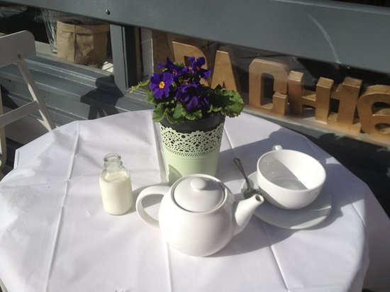 Bach 16 : Beautiful table at riverside in sunshine