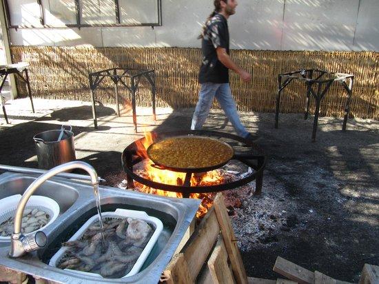 Playa de Burriana: een verse pan paella in voorbereiding