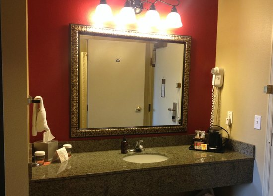 Oxford Suites Chico: Vanity in Room 425
