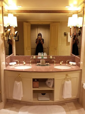 Fairmont Chateau Whistler Resort : Luxurious bathroom with Le Labo Rose 31 bathroom amenities