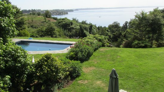 Los Caiquenes Hotel Boutique: Pool and Lake Llanquihue from the dining room