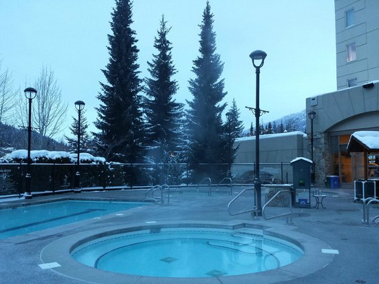 Fairmont Chateau Whistler Resort: Outdoor whirlpool