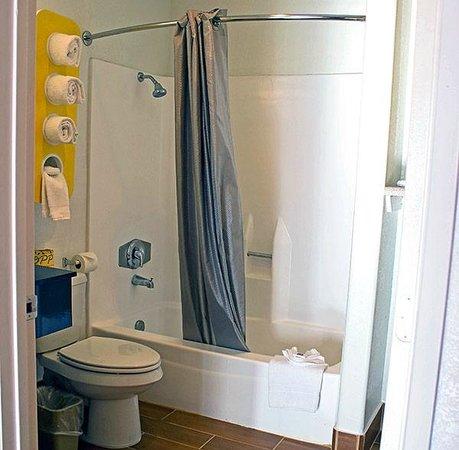 Motel 6 Vista: Bathroom