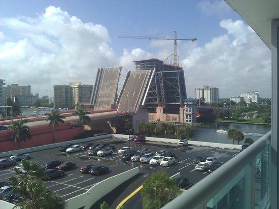 DoubleTree Resort by Hilton Hollywood Beach: vista al puente hallandale blvd.