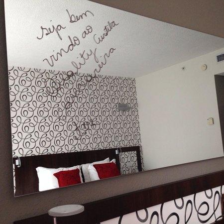 Quality Hotel Curitiba: Detalhes que fazem a diferença. O espelho pode ser usado como quadro branco.