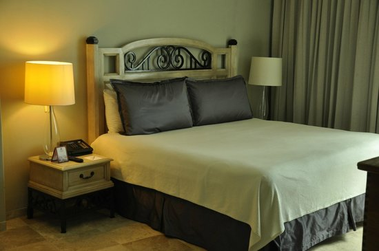 Sandos Cancun Lifestyle Resort: Very comfortable bed, suite 807