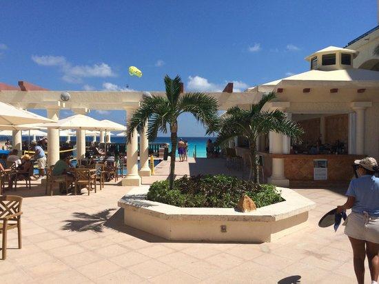 Marriott Cancun Resort: pool bar and pool area