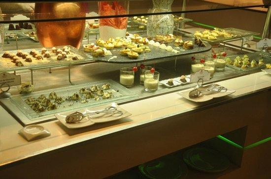 Sandos Cancun Luxury Resort : Dessert Buffet, Zango
