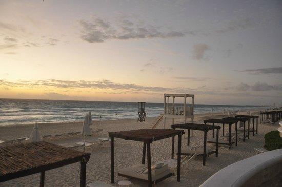 Sandos Cancun Luxury Resort : Cabanas at sunrise