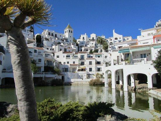 Playa de Capistrano: zicht vanaf de vijver naar boven op de appartementen