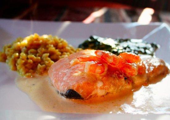 La Petite France : Salmón en salsa de camarones