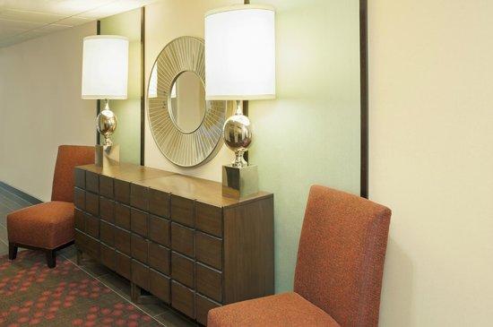 Hampton Inn Muskegon: Elevator Lobby
